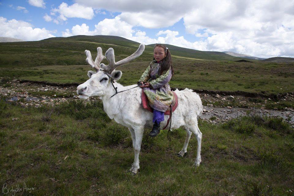 Mongolia-Tstaatan-reindeer-children-herders-riding